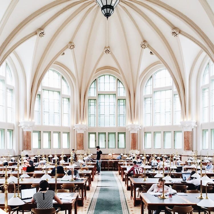 Biblioteca BME OMIKK, Budapest. Imagen © Olivier Martel Savoie, @une_olive