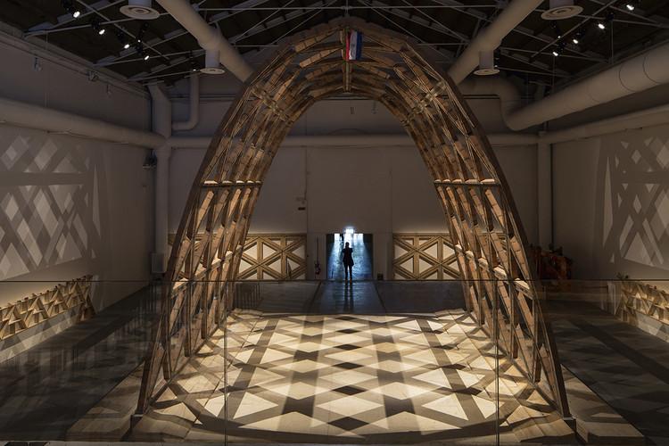 Nave monumental construida en base a una filigrana de ladrillos y acero, Solano Benítez y su Gabinete de Arquitectura, León de Oro, Paraguay