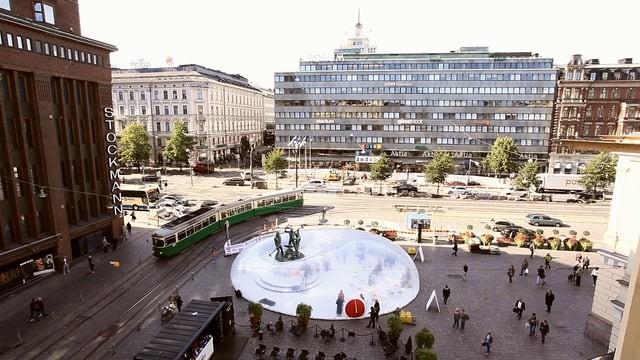 Intervención inflable de Plastique Fantastique envuelve una escultura histórica en la Semana de Diseño de Helsinki