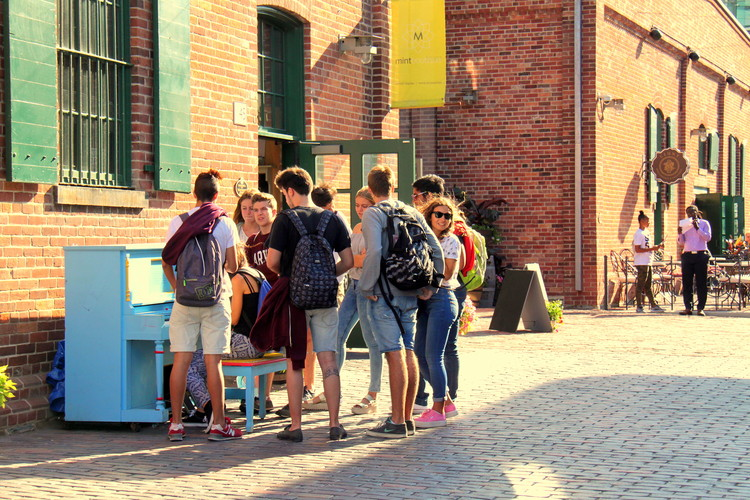 Actividades públicas posteriores a la renovación urbana del Distillery District . Image © Flickr User: wyliepoon Licensed under CC BY-SA 2.0