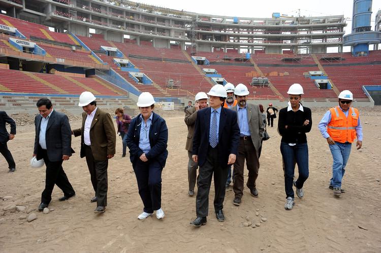 Supervisión de obra durante la remodelación del Estadio Nacional del Perú. Image © Flickr User: Congreso de la República del Perú Licensed under CC BY-SA 2.0