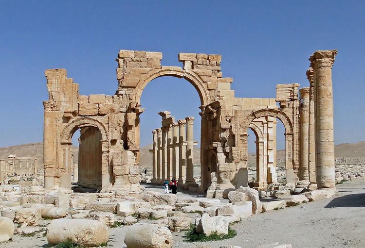 El arco del triunfo Palmyra antes de su destrucción. Imagen © Wikimedia user Bgag. Bajo licencia CC BY-SA 3.0
