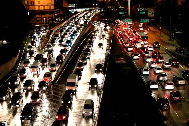 O automóvel e a cidade / Ermínia Maricato, Congestionamento no Vale do Anhagabaú. Image © Henrique Boney (CC BY-SA 3.0)