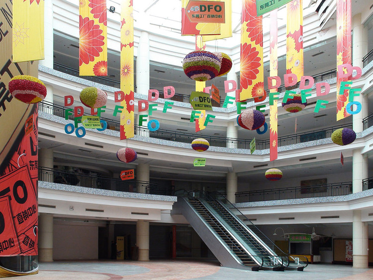 © <a href='https://commons.wikimedia.org/wiki/File:NewSouthChinaMall-Court.jpg'>Wikimedia user David290</a> licensed under <a href='https://creativecommons.org/publicdomain/mark/1.0/'>public domain</a>