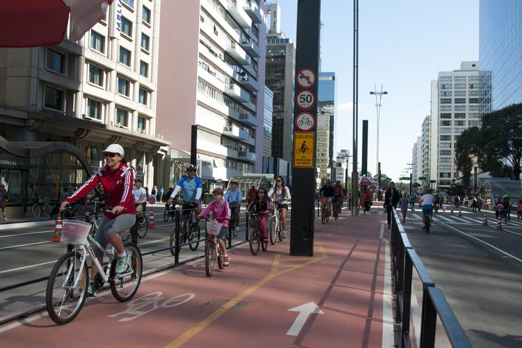 Ciclovia da Av. Paulista aberta aos domingos. Image © Mariana Gil, via Flickr da EMBARQ Brasil. Licença CC BY-NC 2.0