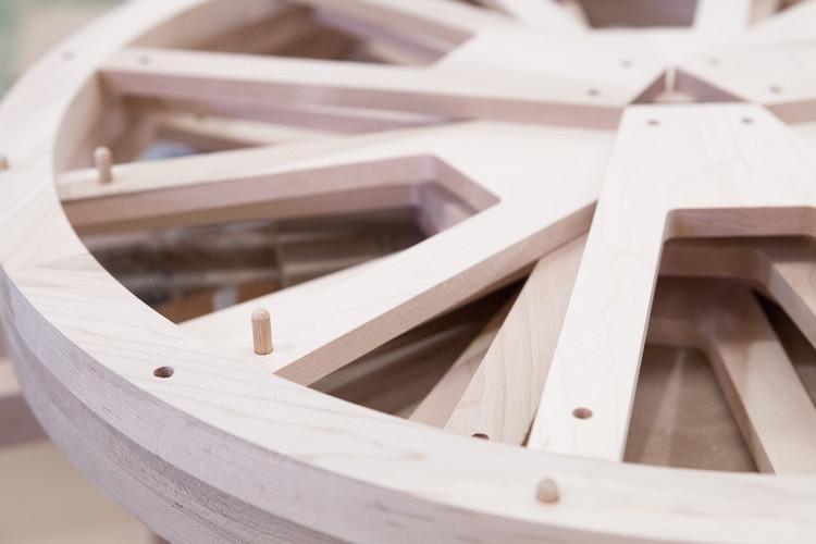 Componentes de madera tulipwood en las ruedas de 'Una ventana al universo Arzak'. Image © Uxio Da Vila