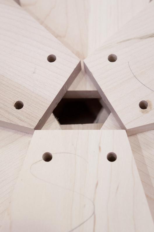 Detalle de componentes de madera tulipwood en las ruedas de 'Una ventana al universo Arzak'. Image © Uxio Da Vila