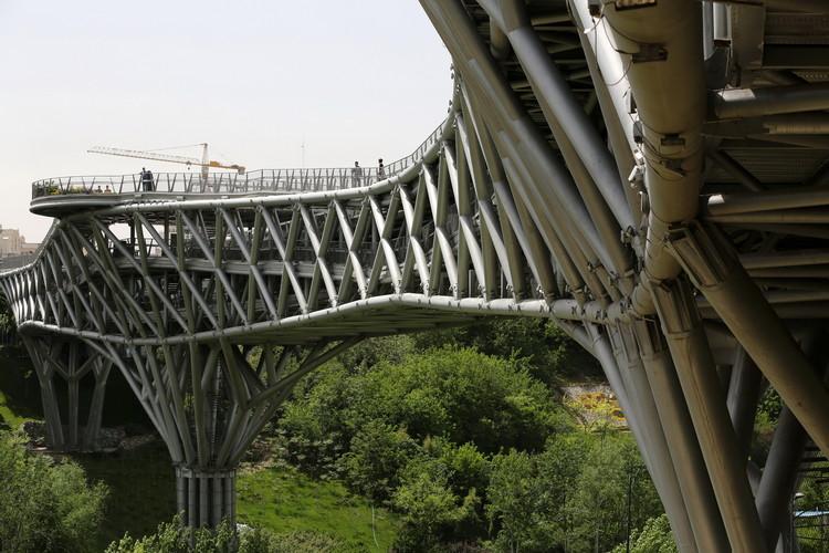 Puente peatonal Tabiat / Diba Tensile Architecture / Leila Araghian, Alireza Behzadi. Image © Aga Khan Trust for Culture / Barzin Baharlouie