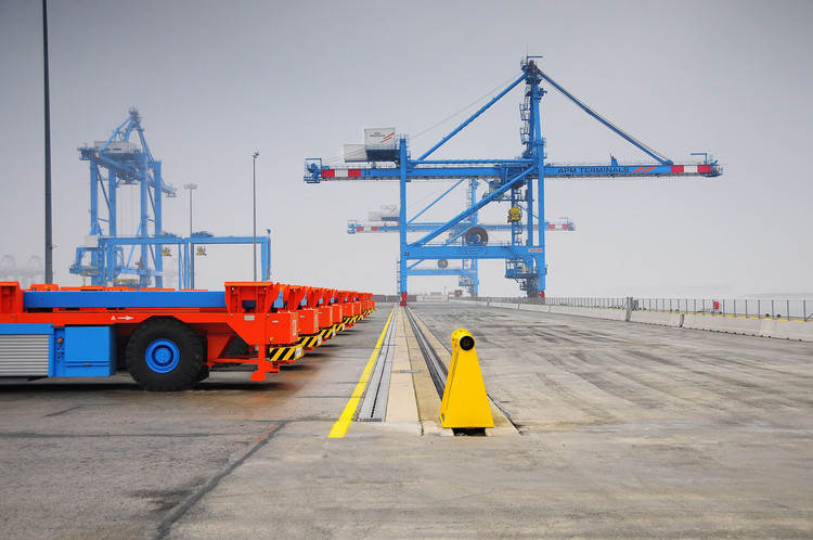 Welcome to Futureland – Volume #49: Hello World!, The automatic workers: Lift AGVs with ARMG and STS cranes at the APM Terminals terminal in Maasvlakte 2, Rotterdam (© APM Terminals). Image Courtesy of Volume