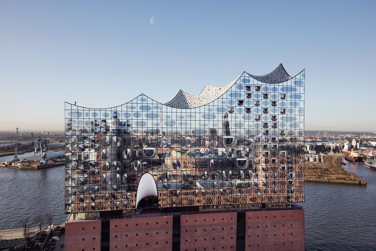 Glass façade of  Elbphilharmonie, Hamburg. Architects: Herzog & de Meuron. Image © Maxim Schulz