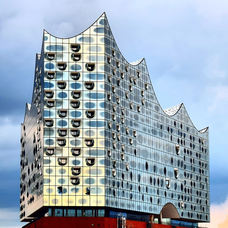 Veiled in Brilliance: How Reflective Facades Have Changed Modern Architecture, Reflections on glass façade. Elbphilharmonie, Hamburg. Architects: Herzog & de Meuron. Image © Frank Thiel