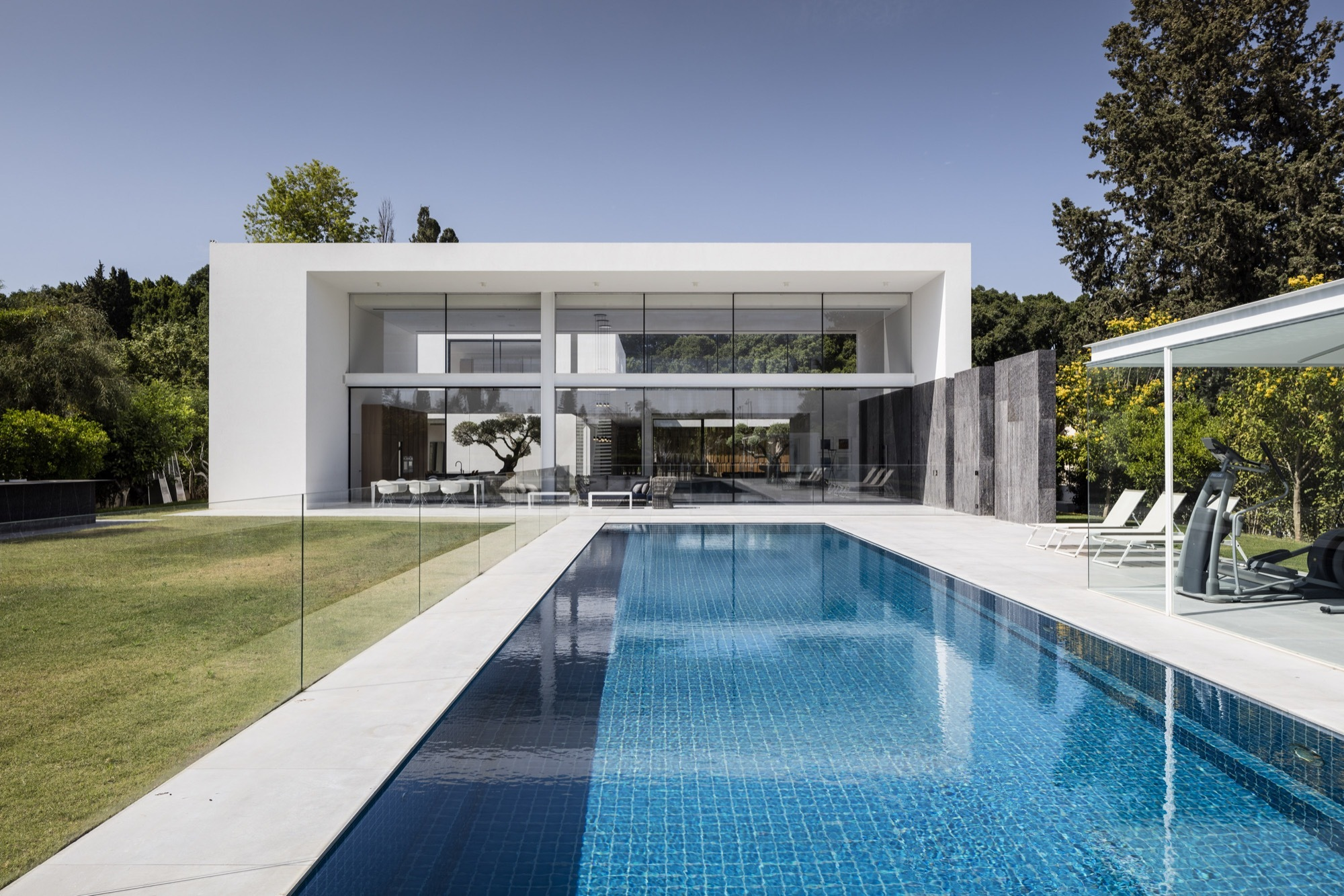 F house pitsou kedem architects archdaily for Casas minimalistas modernas
