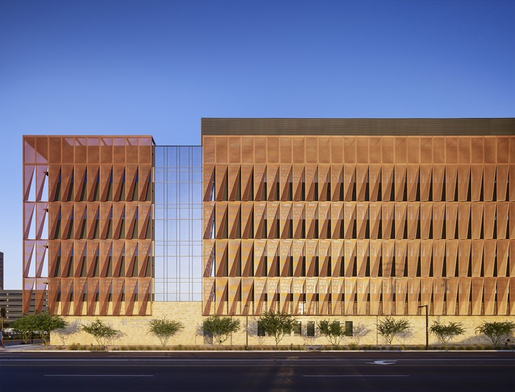 Centro de Cancer de la Universidad de Arizona / ZGF Architects, Nick Merrick © Hedrich Blessing Photographers
