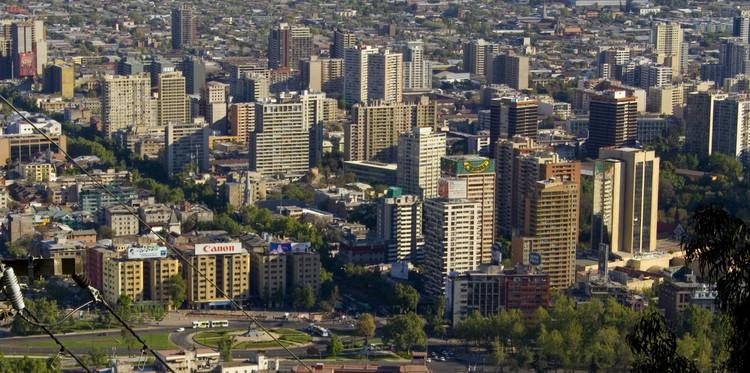 Ciudades latinoamericanas como Santiago enfrentan un fuerte proceso de densificación luego de una desmedida expansión hacia la periferia en los años 90. Image © Flickr user: Francisco Madariaga, bajo licencia CC BY-NC-ND 2.0