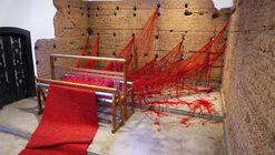 'Penélope' de Tatiana Blass teje los muros de una capilla con una enigmática lana roja