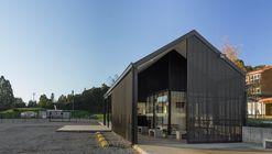 Acceso Colegio Alemán de Puerto Varas / MORAGA-HÖPFNER Arquitectos