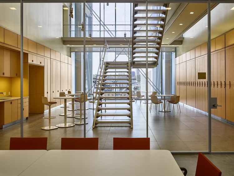 Jerome L. Greene Science Center: Collabora- tive meeting spaces and open-air staircases that connect two  oors. Image © Columbia University / Frank Oudeman