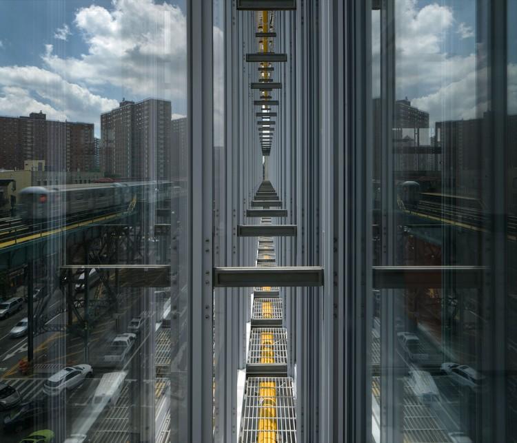Detalle de los muros de cristal en el Jerome L. Greene Science Center. Image © Renzo Piano Building Workshop y Davis Brody Bond, Fotografía por Nic Lehoux