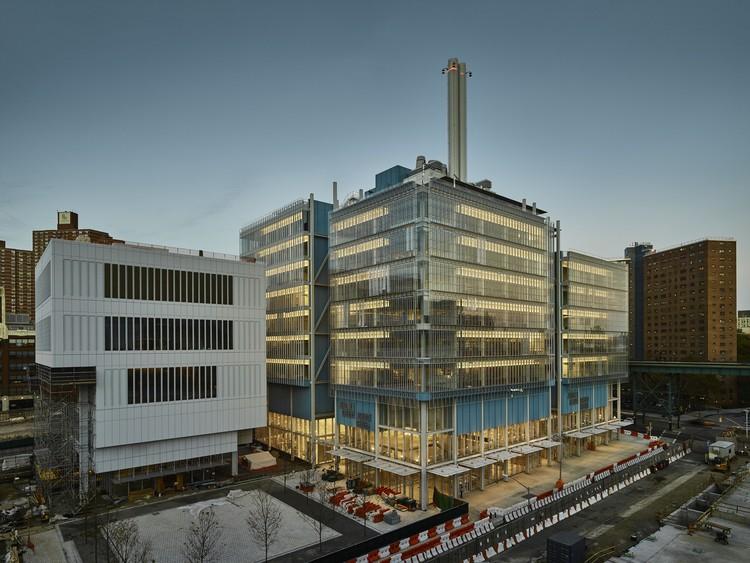 Dos edificios de Renzo Piano cerca de ser concluídos en el nuevo campus de la Universidad de Columbia, Lenfest Center for the Arts (izquierda) y Jerome L. Greene Science Center (derecha). Image © Columbia University / Frank Oudeman