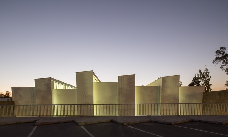 Gimnasio Colegio Dunalastair Peñalolén  / Patricio Schmidt  + Alejandro Dumay , © Aryeh Kornfeld