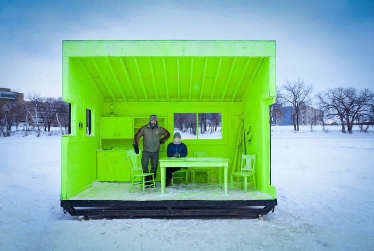 Fotógrafo: Paul Turang - Building: Hygge House Warming Hut, Winnipeg, Canada / Plain Projects, Pike Projects, Urbanink. Imagem via Arcaid Images