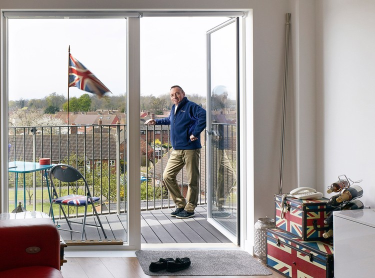 Fotógrafo: Kilian O'Sullivan - Subject: Interior and portrait of Derry Road Resident on the Queen's Birthday / Bell Phillips Architects. Imagem via Arcaid Images