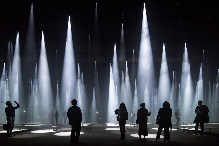 Fotógrafo: Laurian Ghinitoiu - Building: 'Forest of Light' for COS, Salone del Mobile, Milan, Italy / Sou Fujimoto Architects. Imagem via Arcaid Images