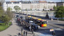 Cómo diseñar un cruce ciclista seguro según la intersección más transitada del mundo