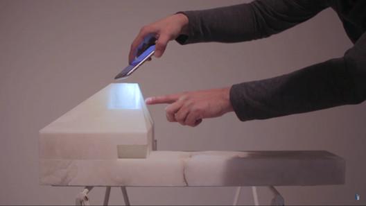 """Josep Ferrando explicando detalles de una de las maquetas expuestas en """"Matter & Light"""". Image © ArchDaily"""