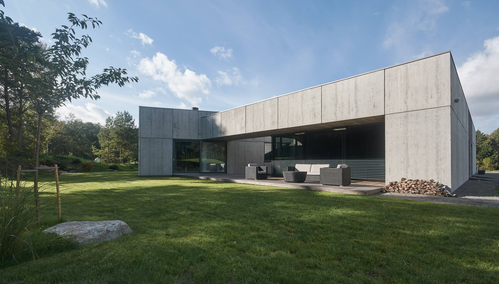 Gallery of residential minimalist concrete house nebrau 32 for Concrete minimalist house