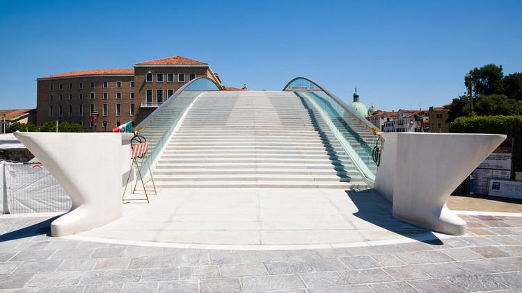 Puente de la Constitución de Santiago Calatrava en Venecia. Imagen cortesía de Monocle 24