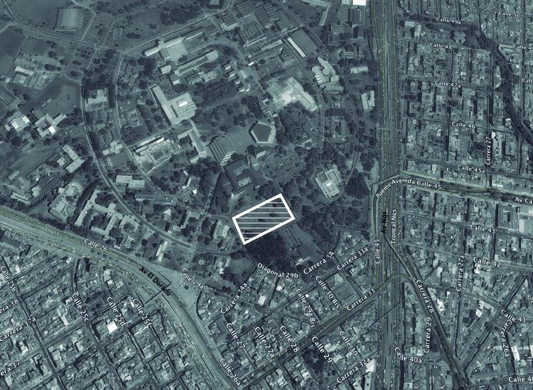Localización: Edificio de Doctorados de las Facultades de Ciencias Económicas, Derecho, Ciencias Políticas y Sociales de la Universidad Nacional / Steven Holl . Image © Richard Gerald. Imagen base: Google Maps
