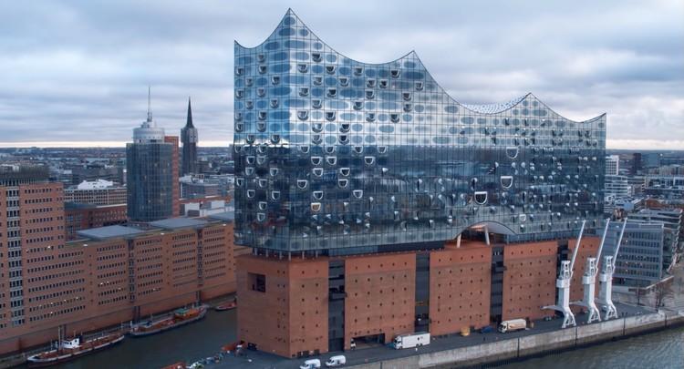 Vuela con un drone sobre la Filarmónica de Hamburgo de Herzog & De Meuron, Screenshot via video
