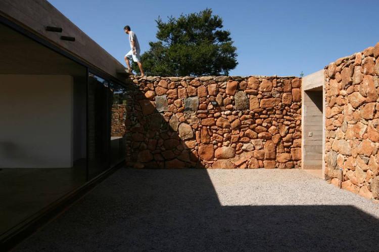 Casa en Joanopolis / Una Arquitetos . Image © Bebete Viégas