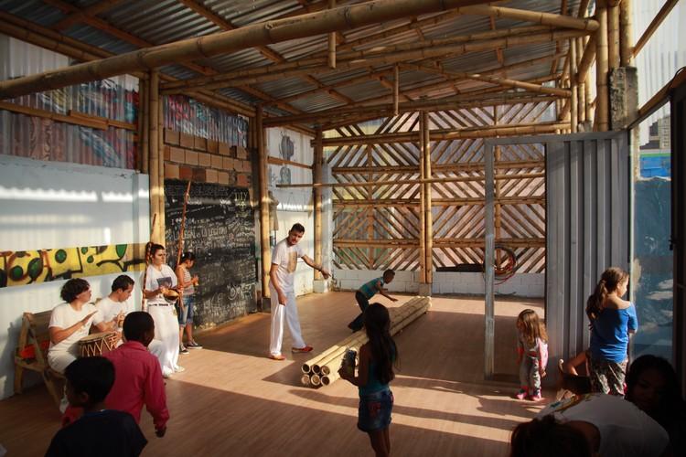 El Trébol: espacio comunitario. Taller de capoeira. Bogotá, 2015. Imagen © Arquitectura Expandida. Cortesía de Curry Stone Design Prize