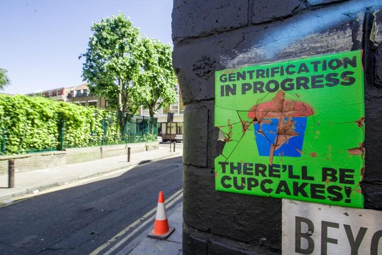 """20 casos de gentrificação documentados para conhecer, analisar e debater, """"Gentrificação em processo. 'Vai ter cupcake'!"""". Cartaz em Cheshire Street em Londres. Imagem © MsSaraKelly [Flickr],sob licença CC BY 2.0"""