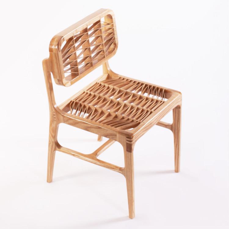 Malquerida Chair, una silla realizada a partir de un tablón de fresno americano y cola, sin ningún tipo de herrajes, Cortesía de Jorge Garaje
