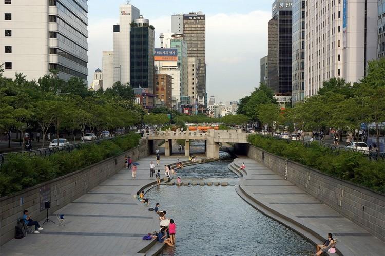 Tres claves para recuperar los espacios públicos y fomentar la vida urbana, Parque Cheonggyecheon en Seúl, Corea del Sur. © longzijun, vía Flickr