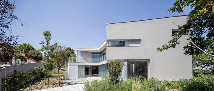 Casa con un Espacio Para la Exposición de Arte Contemporáneo  / 05AM Arquitectura, © Adrià Goula
