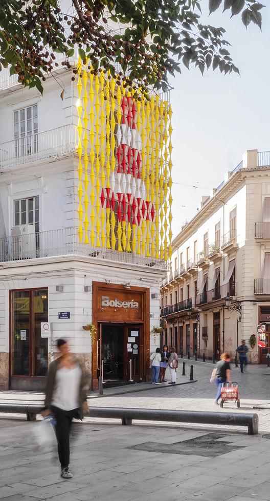 CON DE CONS, una instalación urbana que utiliza conos para representar un festival de arte en Valencia, Vista de la propuesta desde la Plaza del Tossal. El cartel del Festival a escala urbana. Image © MEMOSESMAS