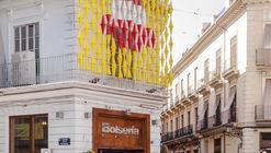 CON DE CONS, una instalación urbana que utiliza conos para representar un festival de arte en Valencia