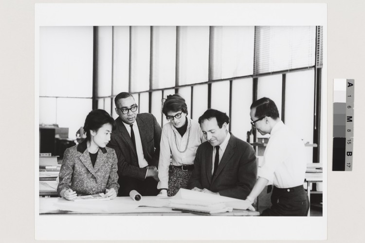 As Phyllis Lambert Turns 90, Exhibition Examining Her Impact and Influence Opens in Montréal, Phyllis Lambert, David Sharpe, Myron Goldsmith, Jin Hwan Kim, and an unidentified student at a Master Class Studio at the Illinois Institute of Technology (1961). Image © Fonds Phyllis Lambert (CCA)