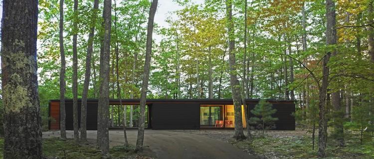 Linear Cabin. Image Courtesy of Wood Design & Building Awards