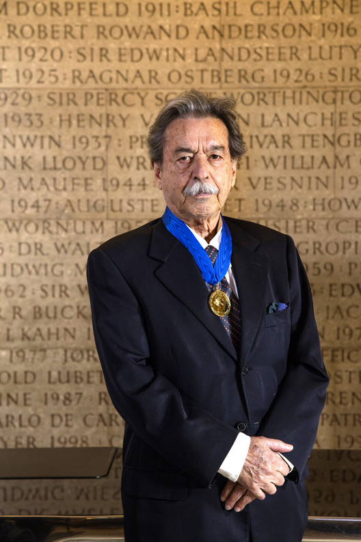 Paulo Mendes da Rocha Awarded Golden Lion for Lifetime Achievement, Paulo Mendes da Rocha, here photographed with the RIBA Royal Gold Medal. Image © Morley von Sternberg