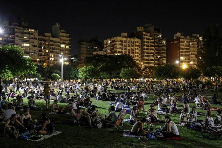 Picnic Noturno: Uma experiência coletiva de apropriação dos espaços públicos em Rosário