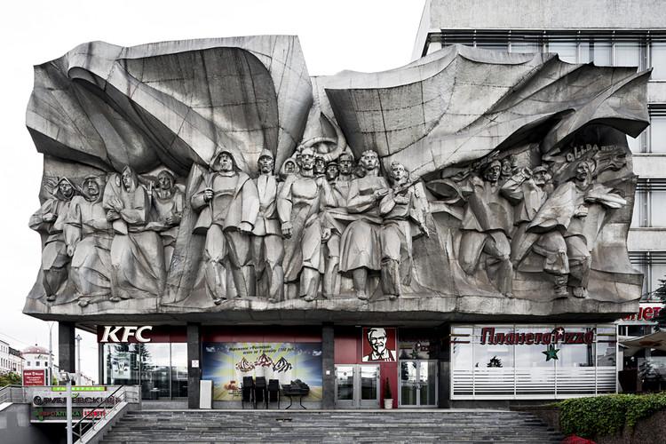 """Casa de la Moda, diseñado por el arquitecto Vasilij Iosifovich Gerashenko 1962-1967. Relieve """"Solidaridad"""" a cargo del escultor Anatol Yafimovich Arcimovich. Minsk, Bielorrusia. Imagen © Stefano Perego"""