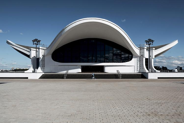 """Pabellón de Exhibiciones Internacionales """"Belexpo"""", diseñado por el arquitecto Leonard Moskalevich, 1988. Minsk, Bielorrusia. Image © Stefano Perego"""