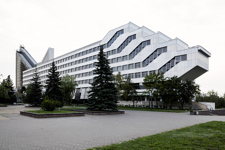 Facultad de Arquitectura y Construcción, diseñado por los arquitectos Igor Esman y Biktor Anikin, 1983. Minsk, Bielorrusia. Imagen © Stefano Perego