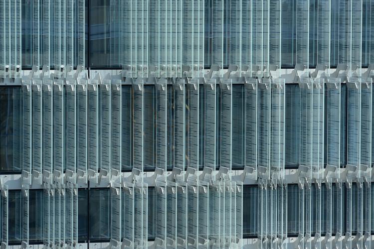 Este edifício economiza energia através da fachada com camadas de vidro e persianas perfuradas, © Adrien Buchet