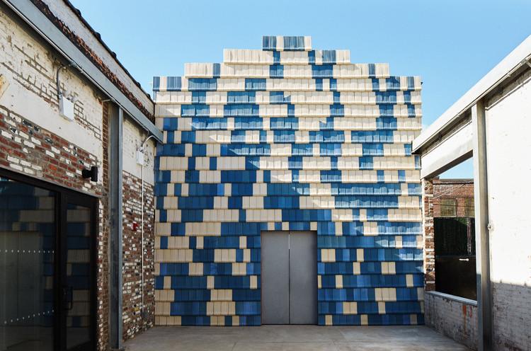 Utopía de manufactura - sobre cómo Assemble está creando una fábrica de modelos en A/D/O, La instalación se ubica en el patio de A/D/O, en Brooklyn. Imagen Cortesía de Sam Nixon